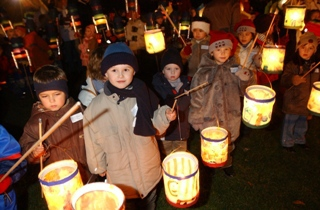 Traditions and regular regional festivals are a big issue in Toenisvorst. Anyone wanting to experience the depiction of the St. Martin scene can do this from the beginning until the middle of November. As you may see on this picture it is typical for the children to parade through the city with hand made lanterns.